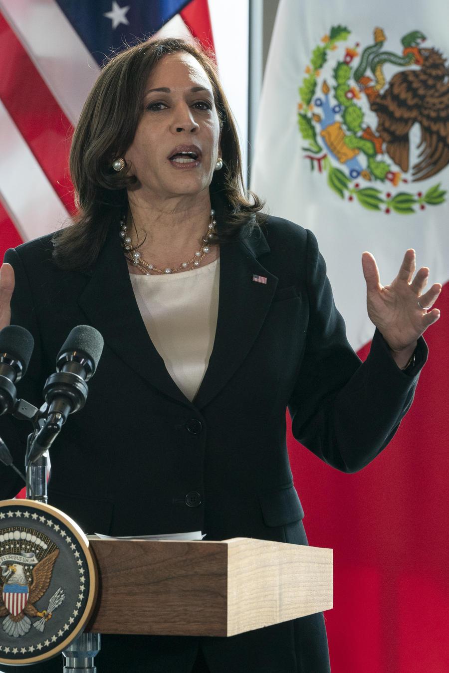 La vicepresidenta de EE.UU., Kamala Harris, habla en Ciudad de México a los periodistas tras su encuentro con el presidente mexicano, Andrés Manuel López Obrador, y su gabinete.