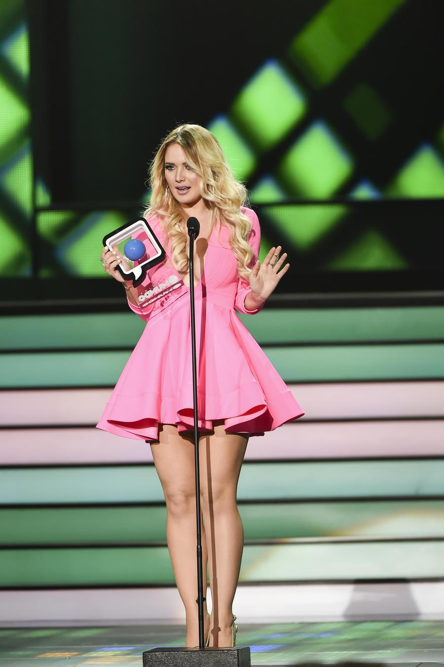 Kimberly Dos Ramos accepting her award at Premios Tu Mundo 2015