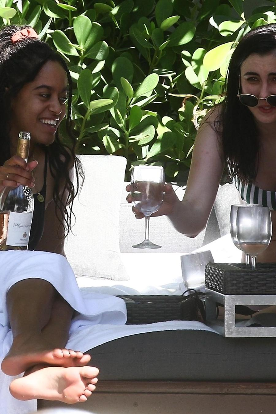 Hija mayor de los Obama, Malia, es captada bebiendo alcohol.