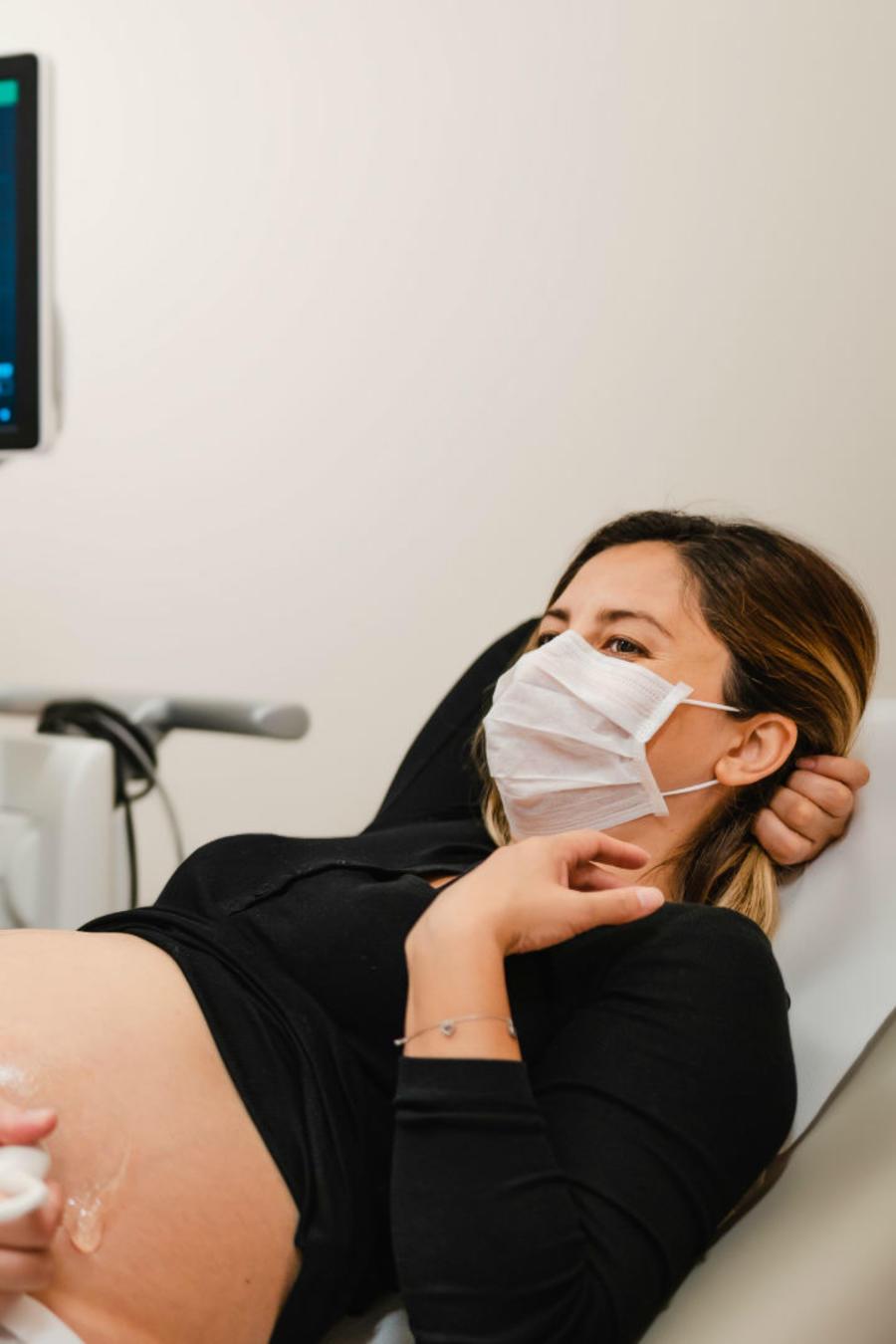 Mujer embarazada en el médico durante la pandemia