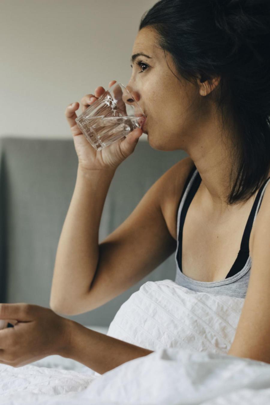 Mujer tomando medicamento contra el VIH