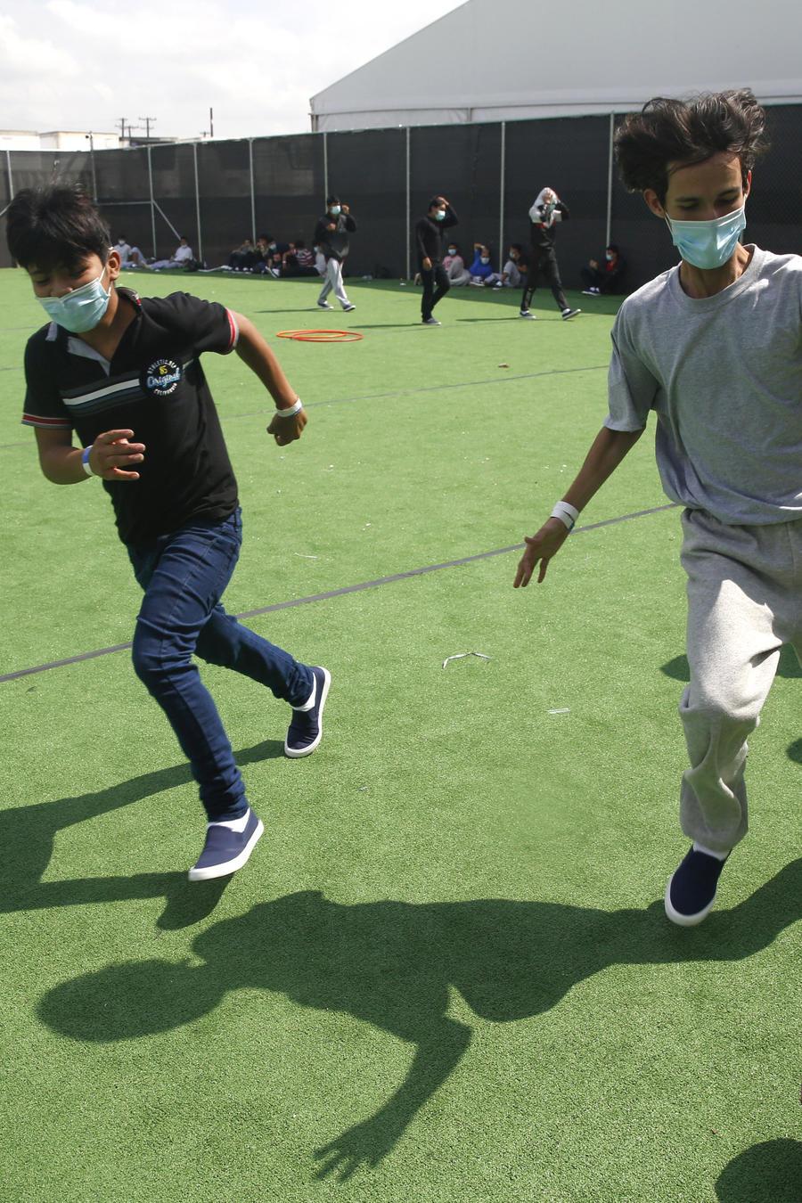 Un grupo de niños juega en un centro de detención del Departamento de Seguridad Nacional