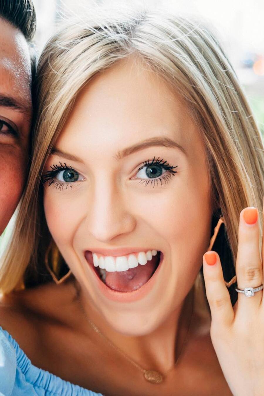 Mujer mostrando su anillo de compromiso