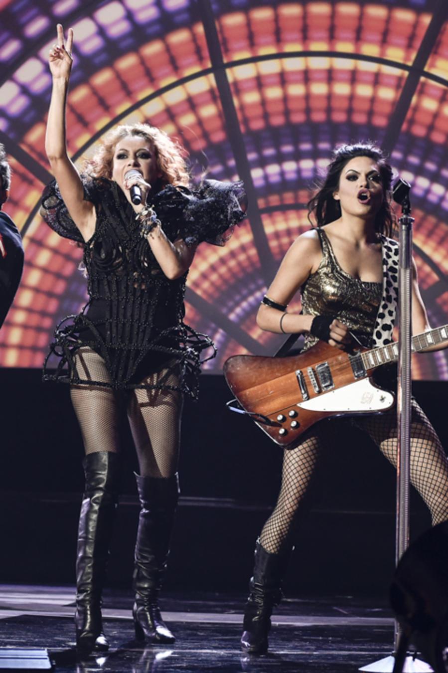 """Paulina Rubio canta """"Si tú te vas"""" en los Latin AMAs 2015"""