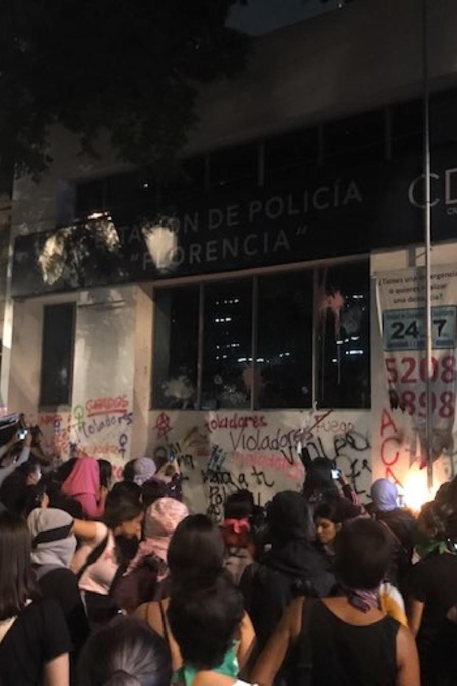 Algunas manifestantes se trasladaron a una estación de la policía cercana y también prendieron fuego