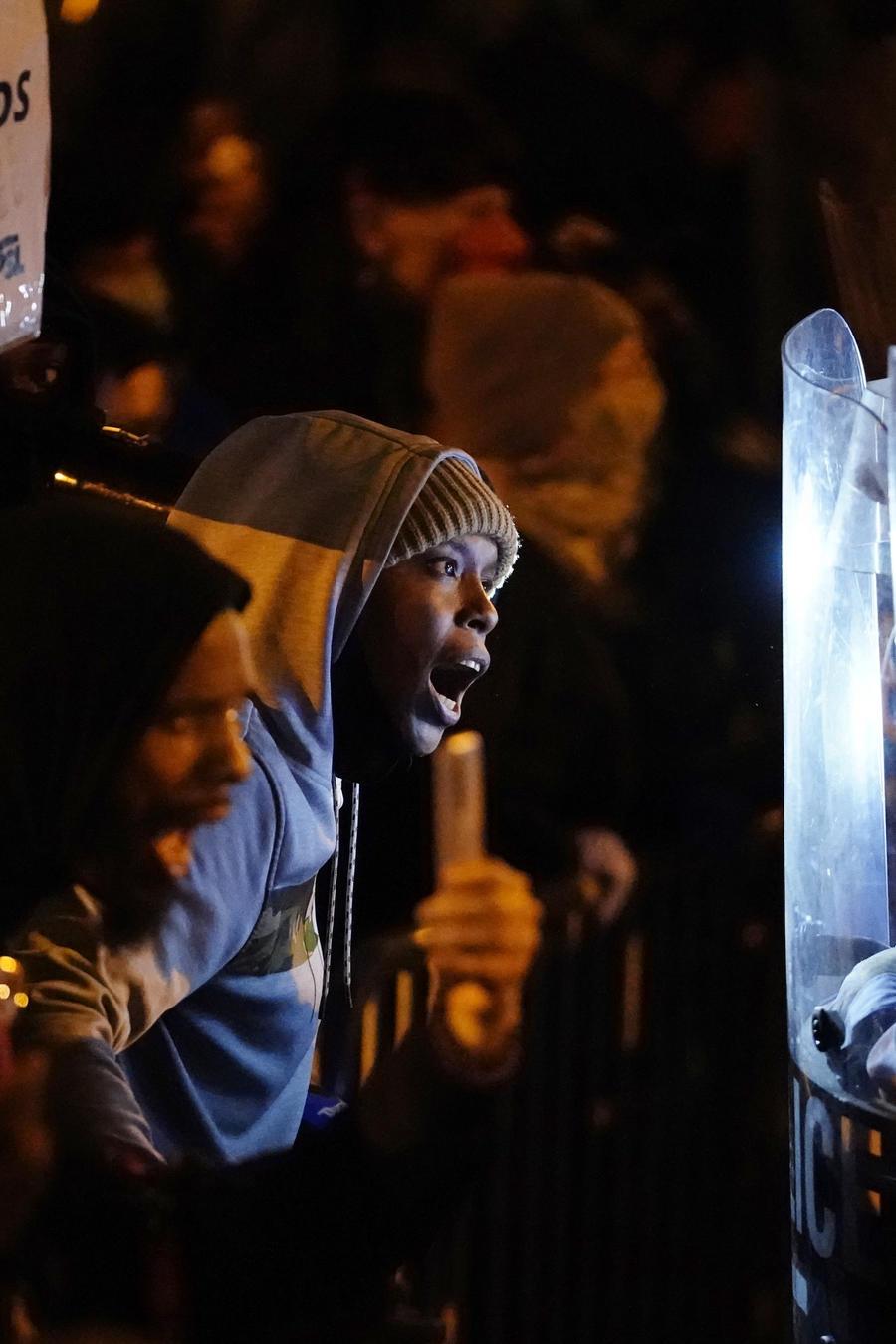 Manifestantes se enfrentan a la policía durante una marcha en Philadelphia.