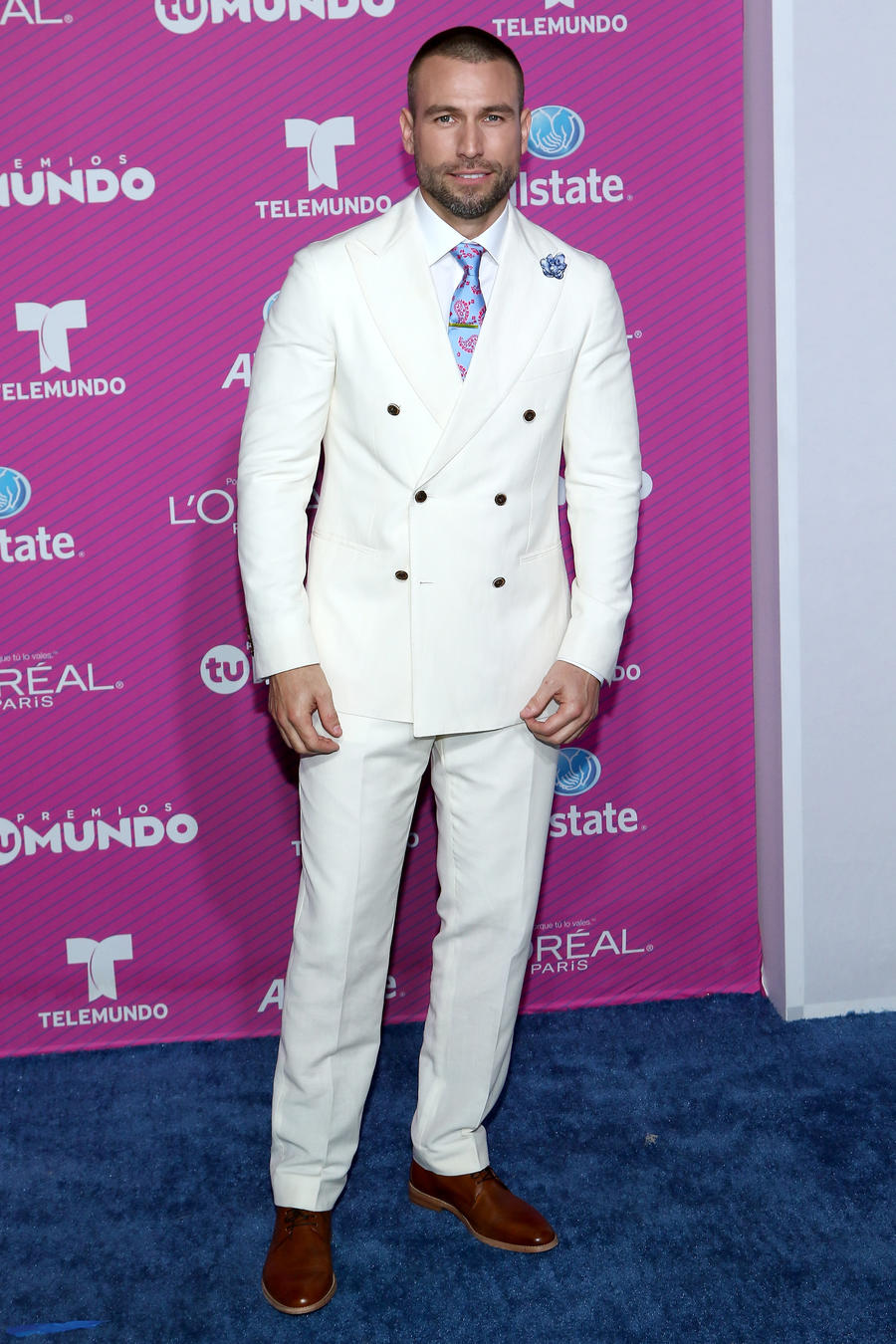 Rafael Amaya on the blue carpet of Premios Tu Mundo 2015
