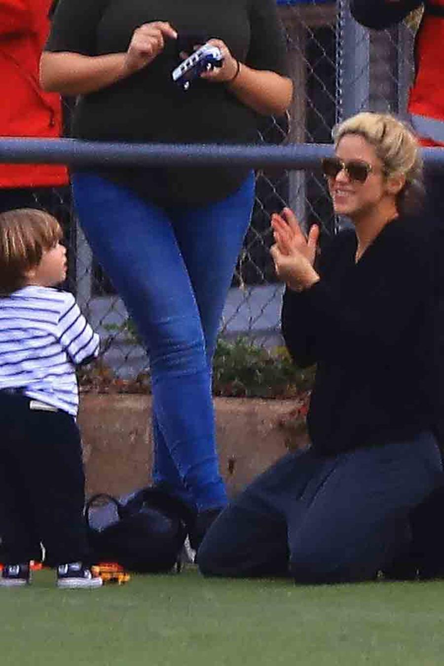 Shakira y Sasha acompañan a Milan a su clase de fútbol