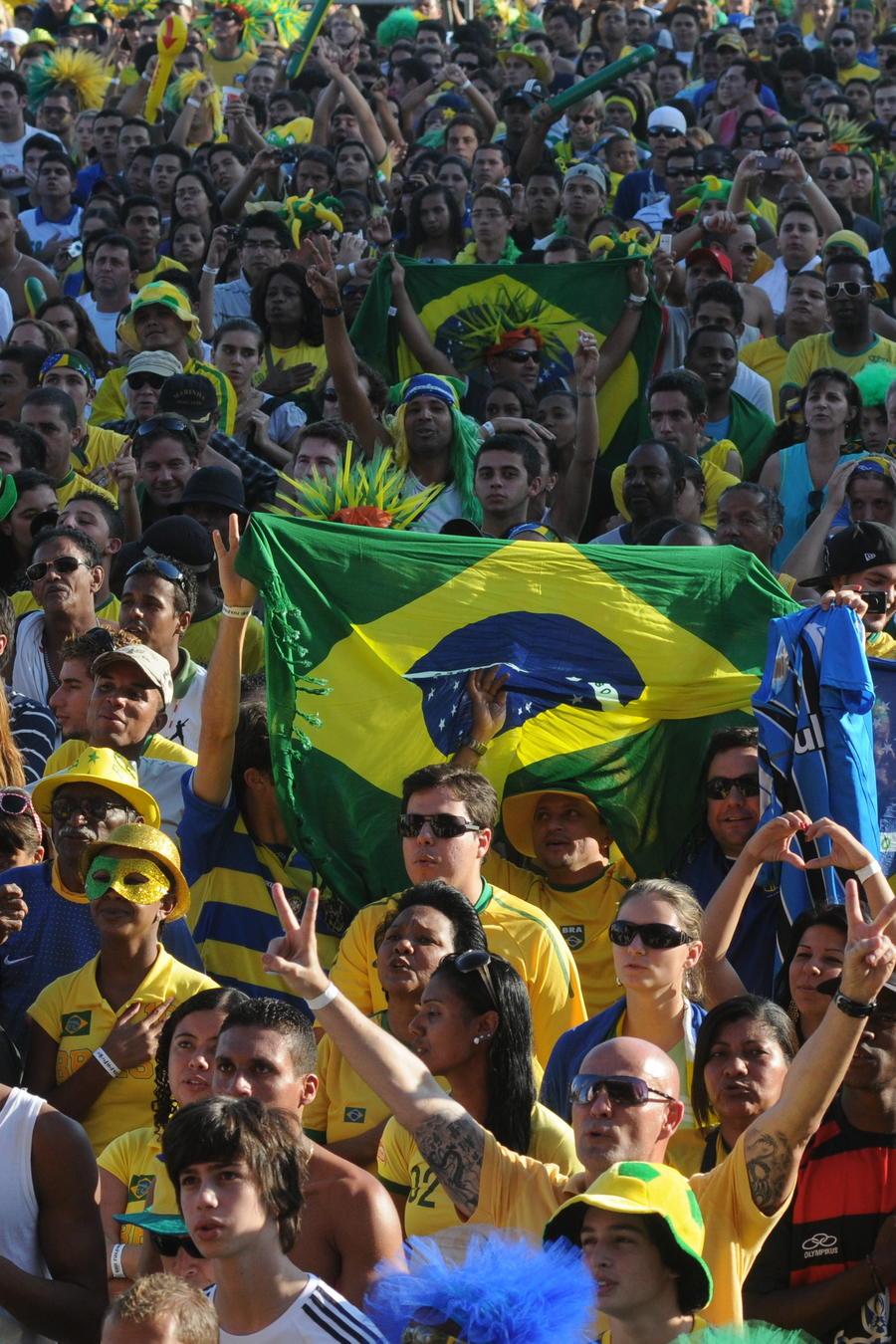 Grupo de personas en las calles de Brasil con la bandera