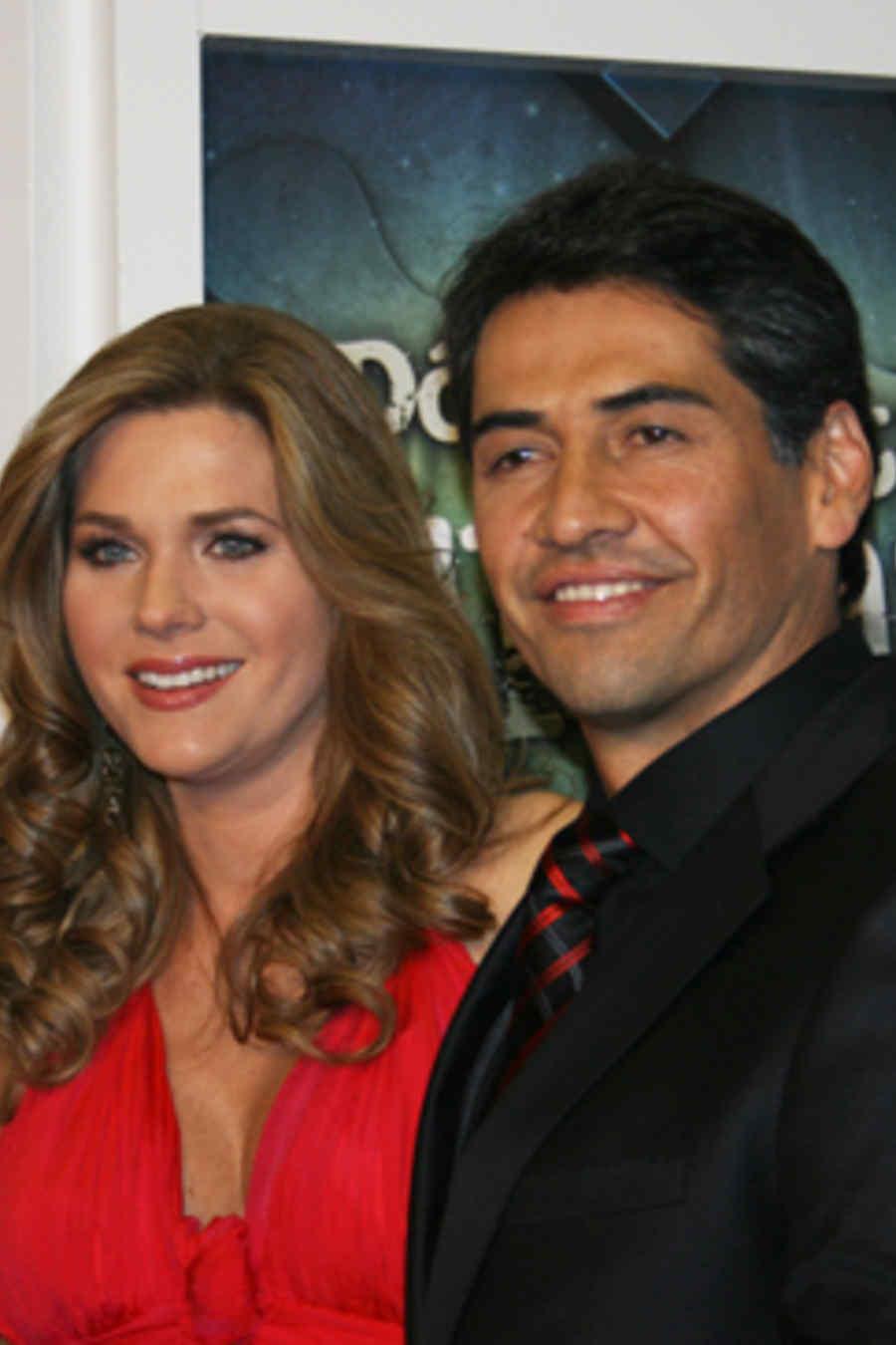Gabriel Porras y Sonya Smith en la alfombra roja de la novela ¿Dónde está Elisa?