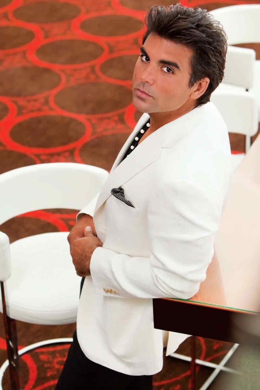 Jorge Luis Pila traje blanco