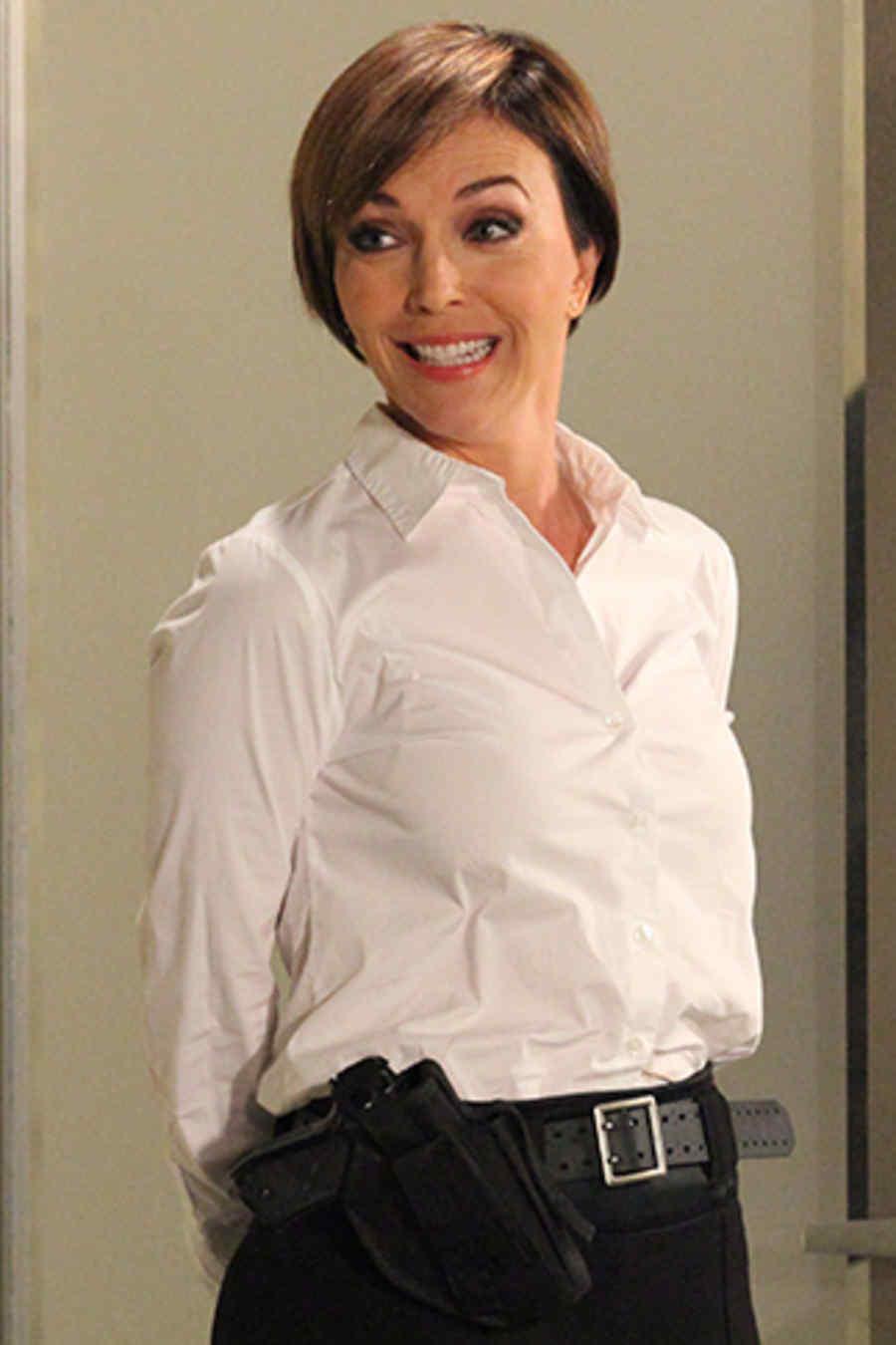 Laura Flores como agente Smith novela Reina de Corazones