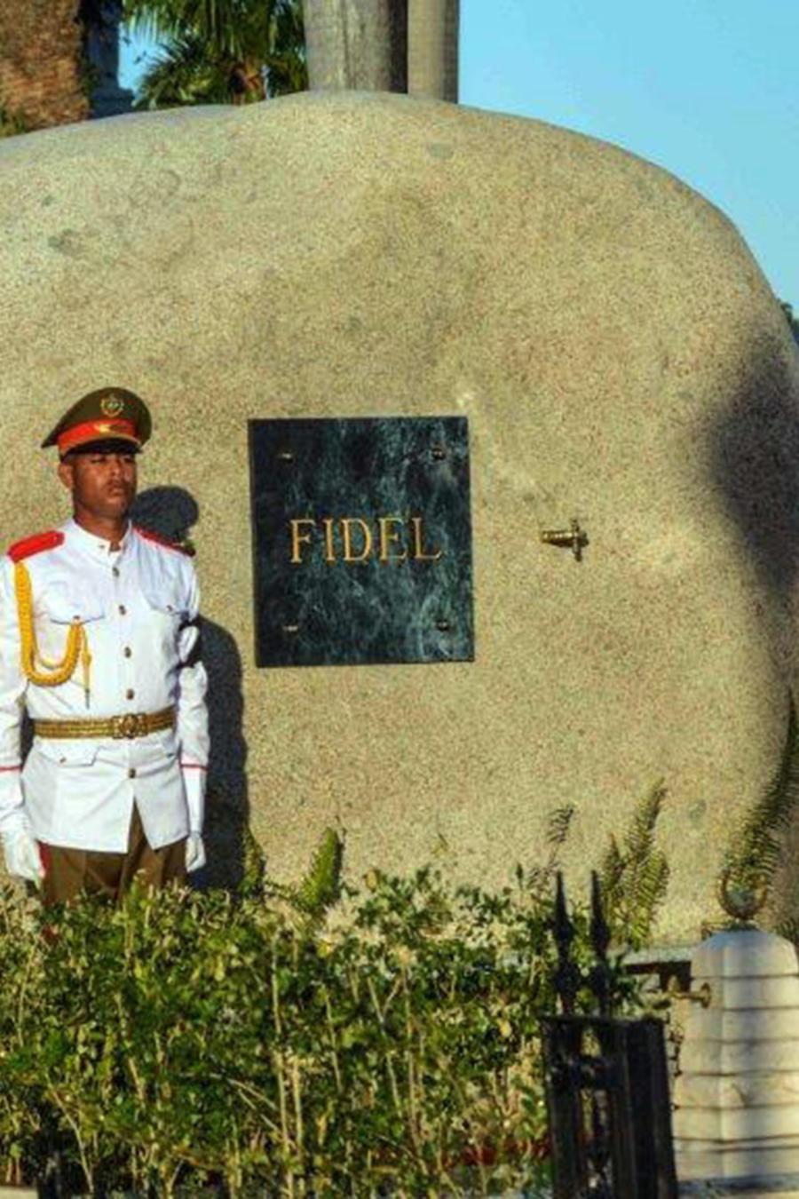 Vista de la tumba la urna que contiene las cenizas del líder cubano Fidel Castro en el cementerio Santa Ifigenia, en Santiago de Cuba, (Cuba) el domingo 4 de diciembre de 2016.