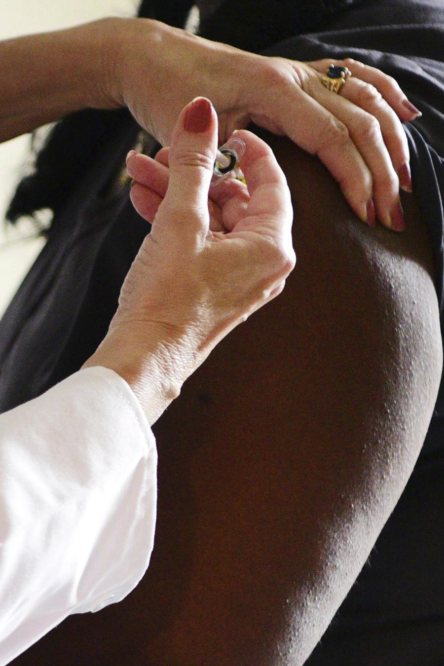 Una voluntaria de la fase 3 del desarrollo de una vacuna contra el coronavirus recibe una dosis.