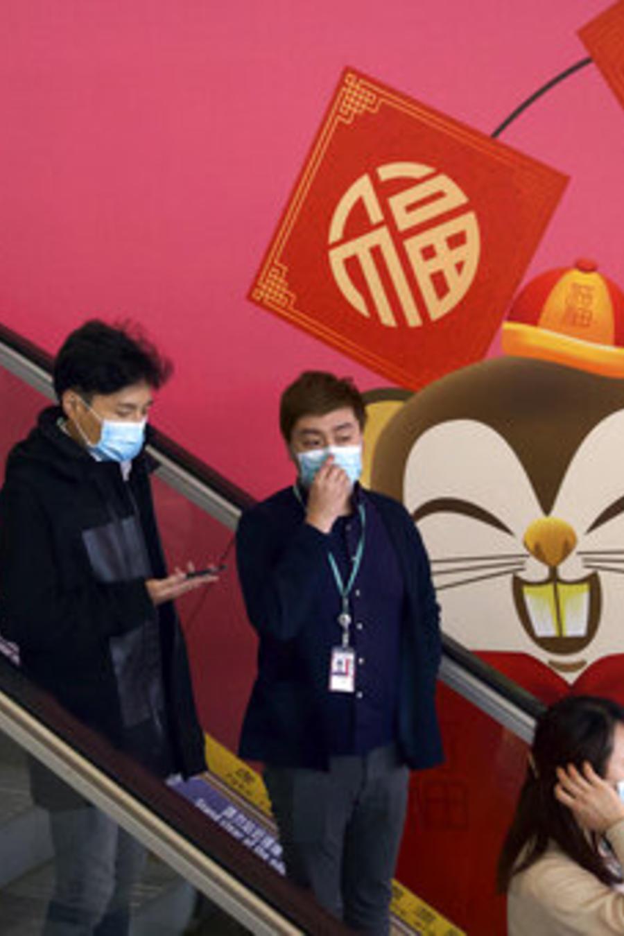 Pasajeros usan máscaras en el Aeropuerto Internacional de Hong Kong. En varios países, ahora también Estados Unidos, se han extremado las medidas de seguridad y chequeo por el brote del coronavirus originado en China.