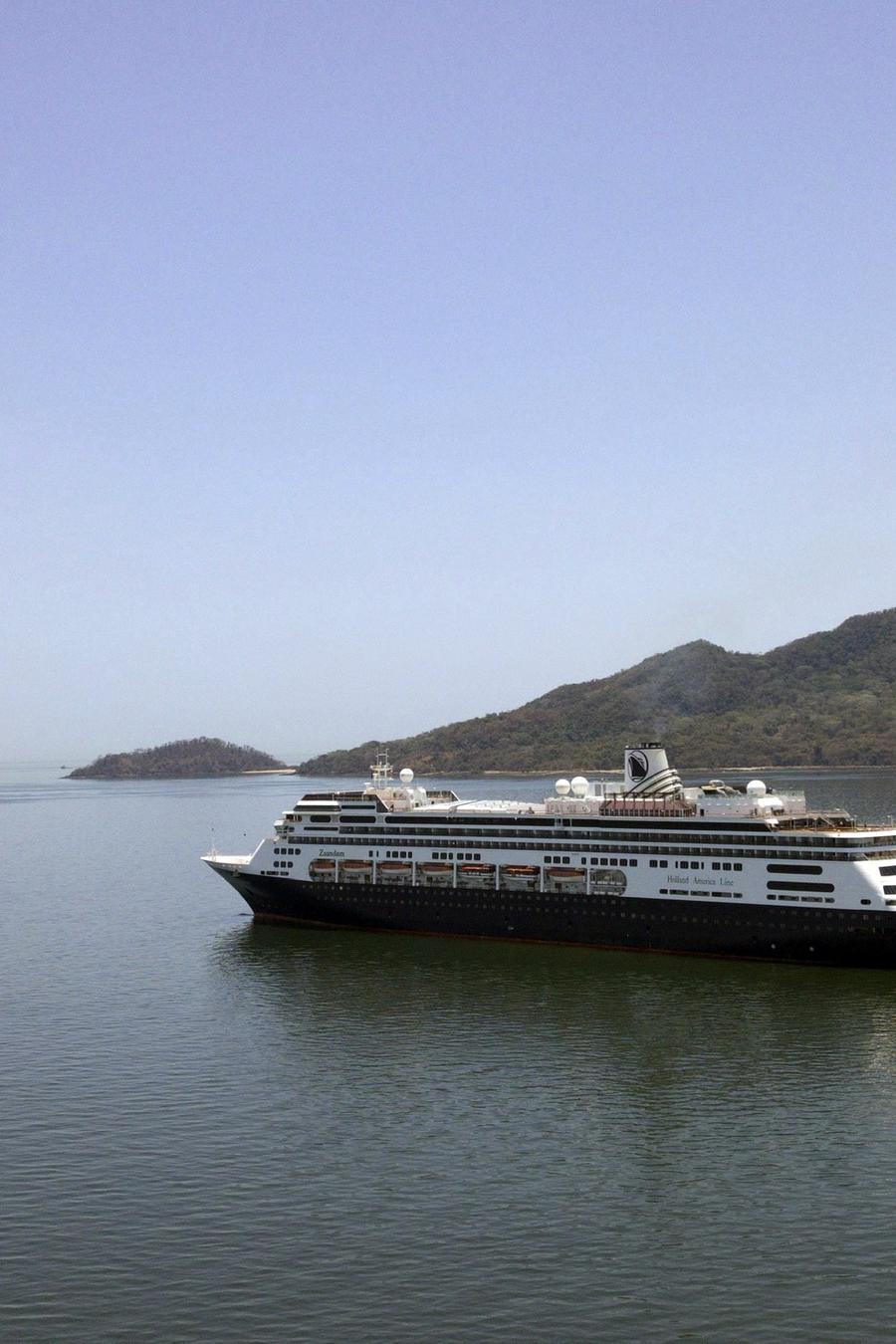 El crucero Zaandam durante su tránsito por Panamá, el 27 de marzo de 2020.