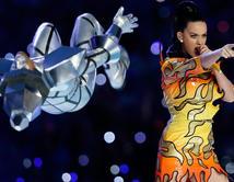 La cantante encendió el medio tiempo con su energía y su traje de fuego.