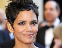 Berry decidió acentuar sus ojos con este look en los Oscars del 2011.