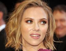 Durante los Oscars del 2011, Johansson tenía una mirada sensual acentuada con sombras rojas y doradas.