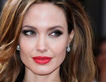 En el 2012, Angelina Jolie llevó los labios rojos y una mirada de gata.