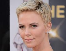 Theron combinó su maquillaje sencillo con un corte pixie en los Oscars del 2013.