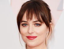 "La estrella de ""Fifty Shades of Grey"" lució radiante en la alfombra roja."