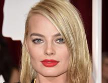 La rubia decidió resaltar sus labios con este labial color rojo anaranjado.