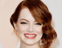 La actriz combinó su famoso cabello rojo con un labial coral.