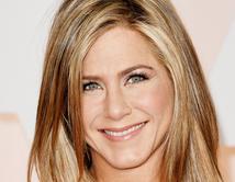 Como siempre, Aniston llevó un look de maquillaje sencillo.