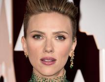 Nos encantó los labios color malva de Johansson.