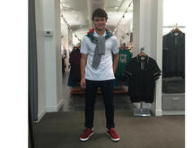 Adrián, el hijo de María Celeste, muestra un estilo disponible en tiendas Penguin.