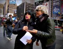 """Angélica es una reportera dominicana que entrevista a Raúl el """"Fashionista"""" puertorriqueño de Nueva York."""