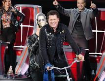Vives canta y recorre el escenario montando su bicicleta junto con Wisin mientras suena el tema con el mismo nombre, 'Bicicleta' para celebrar su equipo completo de La Voz.