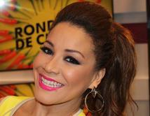 """Carolina Sandoval se aprovechó los galanes Julián Gil y Jaime Mayol en """"Las fiestas de la calle"""" celebradas en Miami."""