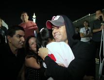 """Conoce a su ídolo Enrique Iglesias gracias a Piolín y """"¡Qué Noche!""""."""