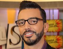 Sorprenden a Cristian Castro de la mano de una guapa reportera en un restaurante en Las Vegas.