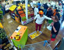 """Un supermercado en el que venden jugo de naranja exprimido """"naturalmente"""" con los pies."""