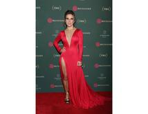 Kate del Castillo lució espectacular vestida de rojo desfilando en la gala de Los Premios Buchanan's donde se reconoció la Grandeza del Cine Mexicano en octubre de 2016.