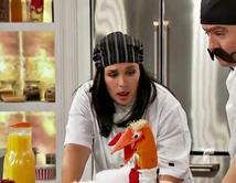 Angélica Vale y Raúl González interpretan a Lola y Manolo, dos chefs españoles con una sazón bastante particular.