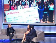 Esta directora de un coro de niños hispanos de bajo recursos, recibe una donación de 10,000 dólares.