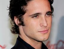 Diego Boneta tiene la liena de la mandibula similar a la de Christian Grey.