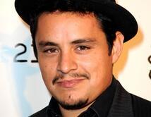 Jesse García parece ser muy maduro, que es un gran atractivo de Christian Grey.