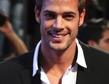 William Levy es innegablemente atractivo y sexy al igual que Christian Grey.