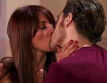 No matter how, Sara wants to have Cristóbal, y con unas copas de más, logró besarlo.