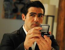 He proposed and she just ran away! Mia dejó a Ryan con un anillo de compromiso en sus manos, y escapó sin decir más.