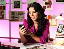 Mia loves her job but she was doing too much! No se dio cuenta que trabajaba demasiado y el tiempo de pareja se iba en la oficina.