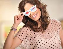 La boricua de El Rostro de la Venganza y ex Miss Universo demuestra su experiencia modelando las gafas de sol.