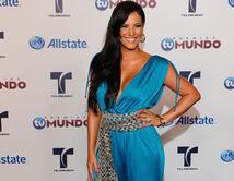 ¿Qué look le quedó mejor a la presentadora de Premios Tu Mundo? Elige tu favorito.