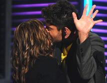 La Doctora Ana María Polo beso apasionadamente al actor David Chocarro.
