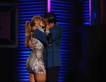 La actriz Aylin Mujica beso al actor Daniel Sarcos.